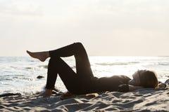 海滩位于的妇女 库存图片