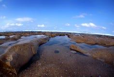 海滩低岩石浪潮 免版税库存照片
