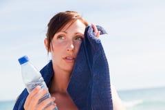 海滩体育运动毛巾妇女 免版税图库摄影