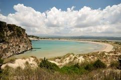 海滩使著名希腊voidiokoilia靠岸 免版税库存照片