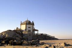 海滩修建了教会 免版税库存图片