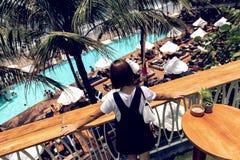 海滩俱乐部背景的年轻女人 与游泳场的海滩俱乐部 巴厘岛,仓姑,印度尼西亚 库存图片