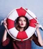 海滩假期摘要概念 在蓝色背景隔绝的年轻时尚妇女五颜六色的演播室画象喜欢海水 免版税库存图片
