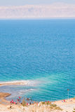 海滩停止的人员铺沙海运 库存照片