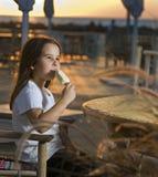海滩儿童奶油冰日落 免版税库存图片
