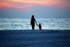 海滩儿童妈妈 免版税库存照片