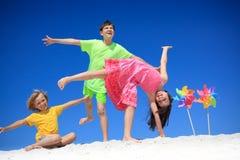 海滩儿童轮转焰火 免版税库存照片