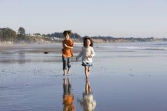 海滩儿童运行 免版税库存照片