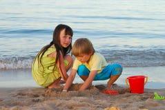 海滩兄弟姐妹 图库摄影