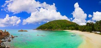 海滩全景热带的塞舌尔群岛 库存照片