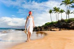 海滩典雅的异乎寻常的热带妇女 免版税库存图片