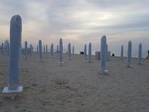 海滩准备好在夜 所有设备是适当地被存放的等候海滩恋人和游人的在下美丽和好日子 库存图片