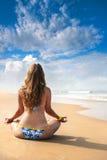 海滩凝思瑜伽 库存照片