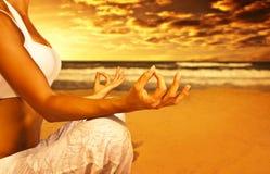 海滩凝思瑜伽 免版税库存照片