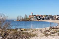 海滩前海岛于尔克有在历史的灯塔的看法 免版税库存照片