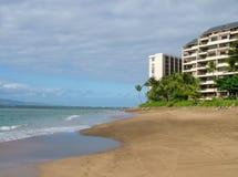 海滩前的公寓房 库存图片