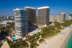 海滩前的公寓的空中图象在Bal Harbour佛罗里达 免版税库存图片
