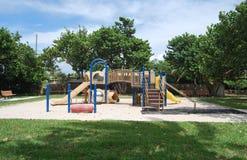 海滩前的孩子公园 免版税库存图片