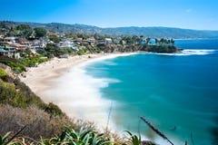 海滩前的小海湾 免版税库存图片