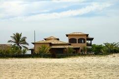 海滩前的房子 免版税库存图片
