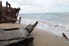 海滩前的生锈的海难 图库摄影