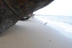 海滩前的生锈的海难 免版税库存图片