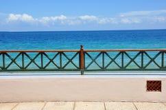 海滩前的露台 免版税库存照片