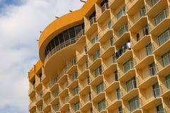 海滩前的高旅馆上升 免版税库存照片