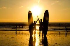 海滩剪影冲浪者 免版税库存照片