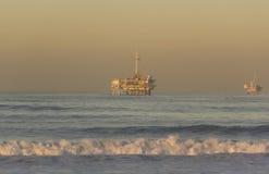 海滩加利福尼亚亨廷顿近海抽油装置 免版税图库摄影