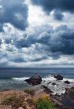 海滩加利福尼亚日malibu岩石风雨如磐 库存图片
