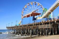 海滩加利福尼亚monica码头南部的圣诞老人 免版税库存图片