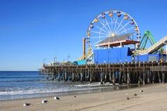 海滩加利福尼亚monica码头南部的圣诞老人 库存照片