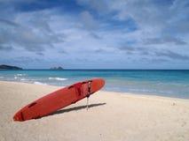 海滩卫兵生活抢救坐冲浪板 免版税图库摄影
