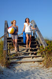 海滩去的十几岁 免版税库存图片