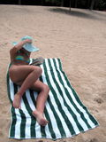海滩含沙夫人的读取 图库摄影