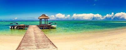 海滩含沙热带 在前景的跳船 全景 库存照片