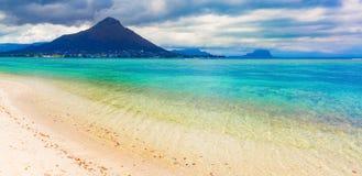 海滩含沙热带 美好的横向 全景 库存照片