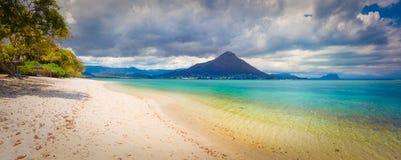 海滩含沙热带 美好的横向 全景 免版税库存照片