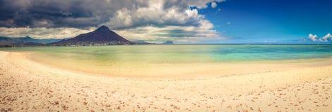 海滩含沙热带 美好的横向 全景 库存图片