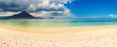 海滩含沙热带 美好的横向 全景 免版税库存图片