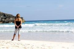 海滩含沙的移动电话 库存图片