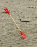 海滩含沙锹 免版税库存图片