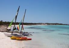 海滩和在毛发的Playa,吉耶尔莫岛,古巴旁边的水上运动设备 免版税库存照片