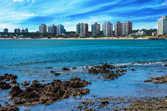 海滩和城市 免版税库存图片