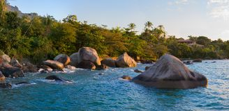 海滩和大岩石,黄昏太阳;位于São保罗巴西 免版税库存照片