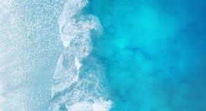海滩和波浪从顶视图 绿松石从顶视图的水背景 从空气的夏天海景 免版税库存图片