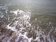 海滩和波纹在日落前的波动 股票视频