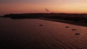 海滩和海景鸟瞰图在金黄日落期间 股票视频