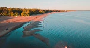 海滩和海的惊人的看法 蓝色海洋 夏天周末或假期 顶视图 俄国横向 股票视频